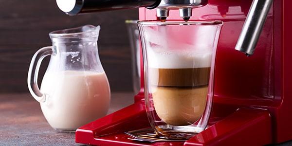 Ako vyčistiť kávovar od pripáleného mlieka