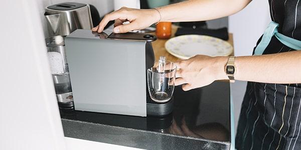 Ako odstrániť vodný kameň z kávovaru